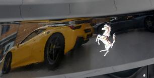 Ferrari a présenté mardi des prévisions financières prudentes pour 2016, la première année après son émancipation d'avec Fiat Chrysler Automobiles, ce qui lui a valu une chute de son cours de Bourse. /Photo prise le 1er février 2016/REUTERS/Maxim Zmeyev