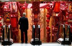 La actividad del sector de servicios de China se expandió en enero a su mayor ritmo en seis meses, mostró el miércoles un sondeo privado, ayudando a compensar la debilidad del gigantesco sector manufacturero que ha presionado a la segunda mayor economía del mundo. En la imagen de archivo, un hombre baja por unas escaleras mecánicas de un centro comercial decorado por el año nuevo lunar en Hong Kong el 1 de febrero de 2011. REUTERS/Bobby Yip