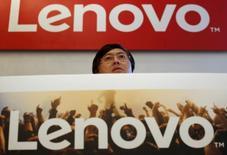 Глава Lenovo Ян Юанцин выступает на пресc-конференции в Гонконге. Китайская Lenovo Group Ltd сообщила в среду о падении выручки на 8 процентов в третьем квартале до $12,9 миллиарда вследствие замедления мирового спроса на персональные компьютеры и слабых продаж смартфонов. REUTERS/Bobby Yip