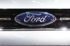 Ford compte supprimer des centaines d'emplois administratifs en Europe afin de réduire les coûts de 200 millions d'euros annuellement. /Photo d'archives/REUTERS/Arnd Wiegmann