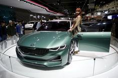 A model poses next to a Kia Motor's concept car Novo at the Seoul Motor Show 2015 in Goyang in this April 3, 2015 file photo.  REUTERS/Kim Hong-Ji/Files