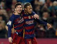 Messi e Neymar comemoram gol do Barcelona contra o Valencia.  3/2/16.  REUTERS/Albert Gea