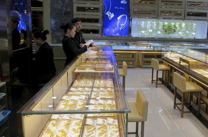 Staff wait for customers inside an empty gold and jewellery store in Shenzhen's Shuibei district, one of China's biggest jewellery retail and production hubs, in the southern Chinese city of Shenzhen December 17, 2015. REUTERS/James Pomfret/Files