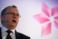Eldar Saetre, patron de Staoil. La compagnie pétrolière détenue à 67% par l'Etat norvégien a fait état jeudi d'un recul moins marqué que prévu de son bénéfice ajusté au titre du quatrième trimestre tout en annonçant une diminution de ses investissements cette année par rapport à 2015. /Photo prise le 4 février 2016/REUTERS/Neil Hall