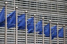 Banderas de la Unión Europea ante la sede de la Comisión Europea en Bruselas. El crecimiento económico de la zona euro se acelerará moderadamente este año y el siguiente, estimó la Comisión Europea el jueves, pero el ritmo de la actividad se ralentizará en 2016 más de lo previsto por el incremento de los riegos globales. REUTERS/Francois Lenoir