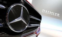 El logo de Mercedes-Benz en un auto durante la conferencia de prensa anual de la compañía, en Stuttgart, Alemania, 4 de febrero de 2016. Daimler AG prevé un crecimiento más lento en las ventas de sus autos Mercedes-Benz en China este año, después de que un fuerte aumento de la demanda en el 2015 contribuyó para que la automotriz registrara ventas y ganancias récord. REUTERS/Michaela Rehle