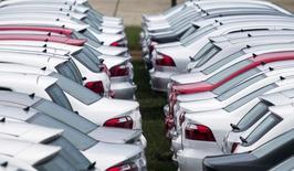 Carros novos estacionados em área de estoque de fábrica da Volkswagen em Taubaté. 30/03/2015 REUTERS/Roosevelt Cassio