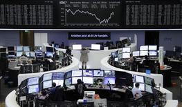 Las acciones europeas cerraron a la baja el jueves, arrastradas  por el sector automotriz y por Credit Suisse, tras datos débiles de Estados Unidos que alimentaron preocupaciones de que su economía podría estar desacelerándose. En la imagen, opeardores en la bolsa de Fráncfort, el 4 de febrero de 2016. REUTERS/Staff/Remote