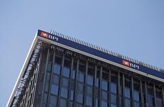 El consejo de administración del banco portugués BPI dijo el jueves había acordado proponer a una próxima junta de accionistas la eventual retirada de la actual limitación estatutaria que no permite derechos de voto por encima del 20 por ciento del capital. En la imagen se ve el logotipo de BPI en su sede de Lisboa el 17 de febrero de 2015. REUTERS/Hugo Correia