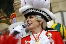 Prefeita de Colônia, Henriette Reker, participa do Carnaval da cidade. 4/2/2016.  REUTERS/Wolfgang Rattay