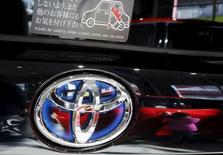 Toyota Motor, premier constructeur automobile mondial, relève à la fois sa prévision de bénéfice net annuel en raison de l'amélioration de ses activités en Chine et sa prévision de ventes en Amérique du Nord, où la demande est en pleine expansion. /Photo prise le 5 février 2016/REUTERS/Toru Hanai
