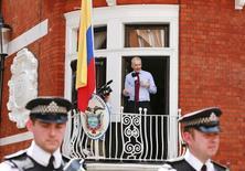 Основатель WikiLeaks Джулиан Ассанж общается с прессой из посольства Эквадора в Лондоне 19 августа 2012 года. Группа независимых экспертов ООН в пятницу призвала обеспечить свободу основателю Wikileaks Джулиану Ассанжу, три года скрывающемуся в посольстве Эквадора в Лондоне от британского правосудия. REUTERS/Olivia Harris