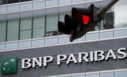 El logo de BNP Paribas en una de sus oficinas en Singapur. 7 de enero de 2016. BNP Paribas presentó el viernes planes para reducir los costos de su banca de inversión en un 12 por ciento para el 2019, en un intento de reforzar la rentabilidad, al tiempo que buscó ofrecer seguridad a los inversores sobre sus colchones de capital. REUTERS/Edgar Su/Files