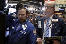 Operadores trabajando en la Bolsa de Nueva York. 2 de febrero de 2016. Las acciones bajaban el viernes en la apertura de Wall Street, tras un dato que mostró que el crecimiento del empleo en Estados se desaceleró más de lo esperado en enero al disiparse el avance de las contrataciones por un clima invernal inusualmente moderado. REUTERS/Brendan McDermid