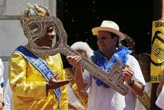 """Paes em evento com o """"Rei Momo"""" no Carnaval do Rio.  5/2/2016. REUTERS/Sergio Moraes"""