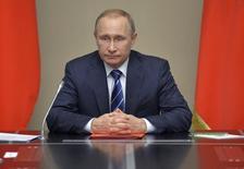 Президент России Владимир Путин на совещании членов Совбеза в Ново-Огарево. 5 февраля 2016 года. Выпадающие дохода бюджета России в 2016 году могут составить от 2,0 до 2,5 триллиона рублей, а дефицит превысит планируемые 3 процента ВВП, если среднегодовая цена на нефть будет $30 за баррель, сказал в субботу глава Минфина Антон Силуанов. REUTERS/Alexei Druzhinin/Sputnik/Kremlin