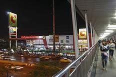 Le distributeur français Casino a convenu de céder sa participation majoritaire dans l'exploitant d'hypermarchés thaïlandais Big C Supercenter au conglomérat thaïlandais TCC Group pour environ 3,4 milliards de dollars (3,05 milliards d'euros), selon une source au fait du dossier. /Photo prise le 27 janvier 2016REUTERS/Athit Perawongmetha