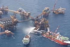 La petrolera estatal mexicana Pemex reportó el domingo un incendio en el área de compresión de la plataforma Abkatún A en la Sonda de Campeche, en el Golfo de México, el cual ya quedó controlado. Imagen de archivo de la extinción de un incendio en la plataforma procesadora de petróleo Abkatun Permanente, en Campeche, México. 2 abril 2015. Foto entregada por Pemex. REUTERS/Pemex/Handout via Reuters  ATTENTION EDITORS - FOR EDITORIAL USE ONLY. NOT FOR SALE FOR MARKETING OR ADVERTISING CAMPAIGNS. THIS PICTURE IS DISTRIBUTED EXACTLY AS RECEIVED BY REUTERS, AS A SERVICE TO CLIENTS. - RTX1IS8M