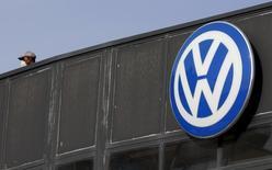 Volkswagen ofrecerá generosos paquetes de compensación a los cerca de 600.000 propietarios de vehículos diésel en Estados Unidos que emitieron una cantidad ilegal de gases, dijo el encargado del fondo de reclamos de la compañía a un diario alemán. Imagen de archivo de un logo en un concesionario de Volkswagen en Madrid. 16 diciembre 2015. REUTERS/Sergio Perez