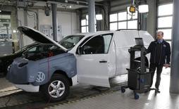 Volkswagen ofrecerá generosos paquetes de compensación a los cerca de 600.000 propietarios de vehículos diésel en Estados Unidos que emitieron una cantidad ilegal de gases, dijo el encargado del fondo de reclamos de la compañía a un diario alemán.  En la imagen se ve un vehículo de Volkswagen sometiéndose a una actuailzación en su software sobre la emisión de diesel en Berlín el 2 de febrero de 2016. REUTERS/Fabrizio Bensch