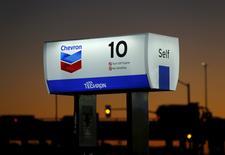 En la imagen, una estación de servicio de Chevron, en Cardiff, California. 25 de enero, 2016. Las principales compañías productoras de petróleo de esquisto en Estados Unidos han reducido sus presupuestos para el 2016 por segunda vez a menos de dos meses de iniciado el año, mientras la incesante caída de los precios del crudo continúa mermando sus flujos de dinero.  REUTERS/Mike Blake