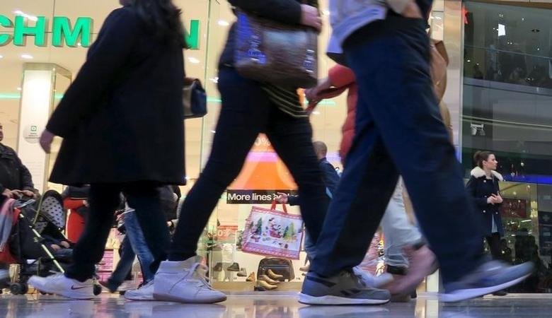 Crowds of shoppers looking for bargains in the sales walk through the Westfield shopping centre in Stratford, London December 27, 2015.   REUTERS/Russell Boyce
