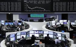 Las bolsas europeas caían el lunes de forma pronunciada, ampliando los descensos de la semana anterior, mientras los sectores cíclicos perdían terreno ante las persistentes dudas sobre el ritmo del crecimiento económico mundial. En la foto, inversores en el indice alemán DAX, en la bolsa de Frankfurt, en Alemania, 2 de febrero de 2016.  REUTERS/Staff