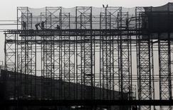 Centre commercial en construction près de Calcutta. Le gouvernement indien prévoit une croissance économique de 7,6% sur l'exercice budgétaire 2015-2016, qui débutera le 1er avril, après une progression de 7,3% en rythme annuel sur le trimestre octobre-décembre. /Photo prise le 29 janvier 2016/REUTERS/Rupak De Chowdhuri