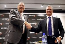 File photo of Brookfield Infrastructure Chief Executive Sam Pollock (R) shaking hands with Asciano Ltd Chief Executive Officer (CEO) John Mullen after a media conference in Sydney, Australia, August 18, 2015.  REUTERS/David Gray
