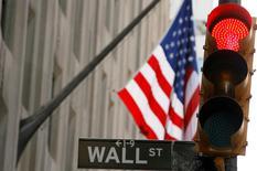 Wall Street baisse nettement lundi dans les premiers échanges, prolongeant un recul affectant notamment les valeurs technologiques sur fond de craintes d'un ralentissement économique mondial et de chute des cours du brut. L'indice Dow Jones perdait 1,11%, quelques minutes après l'ouverture. Le Standard & Poor's 500, plus large, reculait de 1,17% et le Nasdaq Composite cédait 1,79%. /Photo d'archives/REUTERS/Lucas Jackson