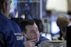 Operadores trabajando en la bolsa de Wall Street en Nueva York, feb 8, 2016. Wall Street sufría fuertes pérdidas el lunes, arrastrado por una liquidación de papeles del sector tecnológico que se extendía desde la sesión previa y por la baja de los futuros del crudo en Estados Unidos hasta quedar por debajo de 30 dólares el barril, llevando a los inversores hacia activos de refugio.  REUTERS/Brendan McDermid