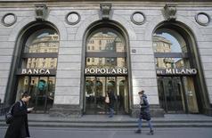 La banque italienne Banca Popolare di Milano a annoncé lundi une augmentation de 24% de son bénéfice net en 2015, à 289 millions d'euros, en raison d'une hausse de 9% de ses commissions et d'une baisse de ses provisions pour créances douteuses. /Photo prise le 29 janvier 2016/REUTERS/Alessandro Garofalo