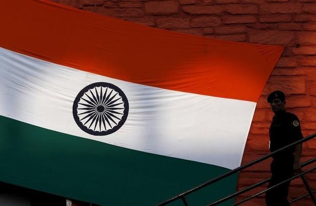 2月8日、インド政府が発表した10─12月期GDPは前年比プラス7.3%と、前期の7.7%から減速した。写真は2015年8月、デリーの赤い城前に掲揚された国旗を撮影(2016年 ロイター/Adnan Abidi)