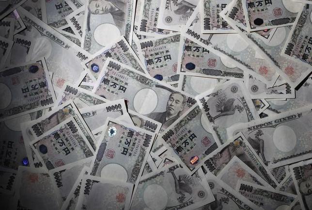2月9日、10年最長期国債利回り(長期金利)は一時前日比3.5bp低い0.000%に低下し、過去最低を更新した。写真は都内で2010年8月撮影(2016年 ロイター/Yuriko Nakao)