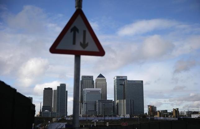 2月8日、今年に入って銀行株が総崩れになっている原因は、隠れているようで実ははっきりと見えているのかもしれない。写真は英ロンドンの新金融街。2014年11月撮影(2016年 ロイター/Suzanne Plunkett)