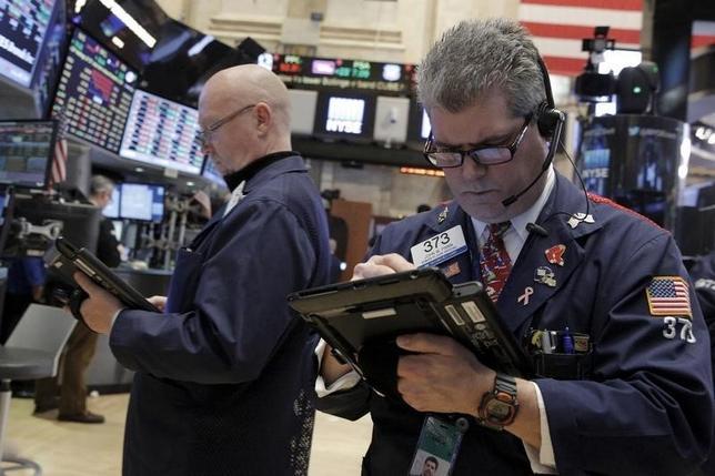 2月8日、ニューヨーク株式市場で、フェイスブックやタブロー・ソフトウエア、クラウドサービスのセールスフォース・ドット・コムなど割高感の出ているハイテク銘柄が続落し、ナスダック総合指数は一時約1年半ぶりの安値に沈んだ。ニューヨーク証券取引所で5日撮影(2016年 ロイター/Brendan McDermid)