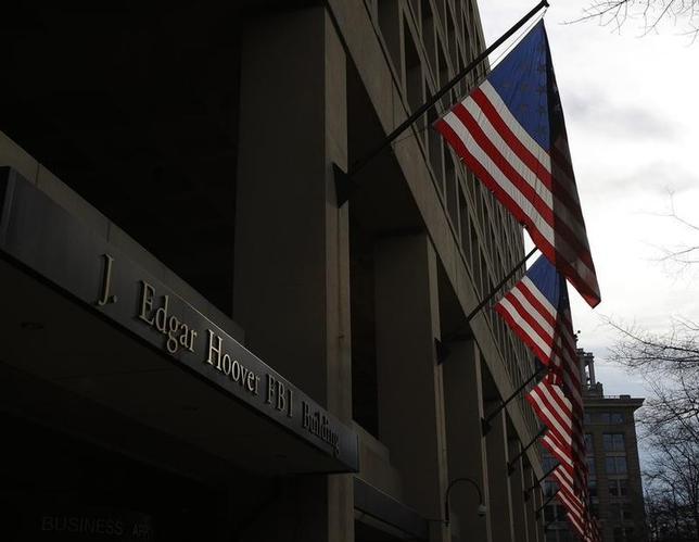 2月8日、米国土安全保障省と司法省は、両省に所属する職員の個人情報がハッキングにより大量にオンライン上に出回ったことについての捜査を行っていると明らかにした。写真は司法省の管轄下のFBI本部。ワシントンで2012年撮影(2016年 ロイター/Gary Cameron)