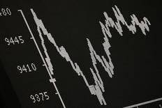 Табло, отражающее динамику индекса DAX на фондовой бирже Франкфурта-на-Майне. Европейские фондовые рынки начали торги вторника незначительным ростом, а затем перешли на негативную территорию из-за беспокойств о состоянии крупнейших банков региона на фоне признаков замедления мирового экономического роста.  REUTERS/Kai Pfaffenbach