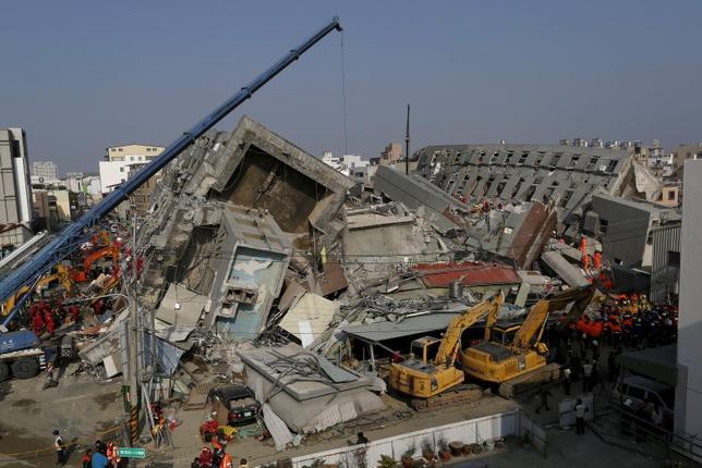 2月9日、台湾南部の台南市検察当局は、6日早朝に発生した地震で倒壊した集合住宅を手掛けた不動産開発業者を逮捕した。7日撮影(2016年 ロイター/TYRONE SIU)
