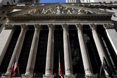 Wall Street abrió el martes a la baja, arrastrado por las acciones financieras, en momentos en que los inversores se mantenían cautelosos y optaban por activos más seguros ante las crecientes preocupaciones por una desaceleración prolongada del crecimiento de la economía mundial. En la imagen, la fachada del edificio de la Bolsa de Nueva York, situada al sur de Manhattan, el 20 de enero de 2016. REUTERS/Mike Segar