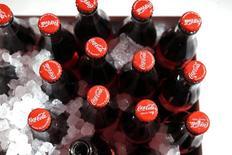 Coca-Cola Co anunció el martes una caída del 8 por ciento en sus ingresos netos trimestrales, debido a que la fortaleza del dólar redujo nuevamente el valor de sus ventas fuera de Estados Unidos. En la imagen, botellas de Coca-Cola durante una presentación en París, el 19 de enero de 2016.  REUTERS/Benoit Tessier