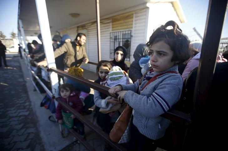 Syrians line up as they wait to cross into Syria at Oncupinar border crossing in the southeastern city of Kilis, Turkey February 8, 2016. REUTERS/Osman Orsal