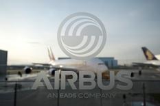 L'A321neo a effectué son vol inaugural à Hambourg, équipé de moteurs CFM International LEAP-1A, a annoncé Airbus, qui prévoit de livrer à la fin de l'année le premier exemplaire de cette plus grande version de son monocouloir vedette. /Photo d'archives/REUTERS/Morris Mac Matzen