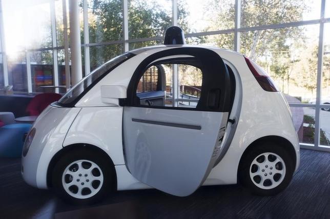 2月9日、米グーグルが開発中の自動運転車について、米当局は搭載されるAIを連邦法上の運転手とみなす方針を明らかにした。米カリフォルニア州のグーグル本社で昨年11月撮影(2016年 ロイター/Stephen Lam)