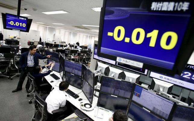 2月9日、日本の10年債利回りが主要7カ国(G7)で初めてゼロ%を割り込み、マイナス金利を付けている世界各国の国債残高は計6兆ドル(約688兆円)を越えた。写真は都内のトレーディングルーム(2016年 ロイター/Yuya Shino)