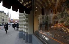 Витрина магазина Hermes в московском ГУМе. 9 декабря 2015 года. Hermes отчитался в среду о росте годовых продаж на 8,1 процента, продемонстрировав один из лучших результатов в сегменте товаров класса люкс. REUTERS/Sergei Karpukhin
