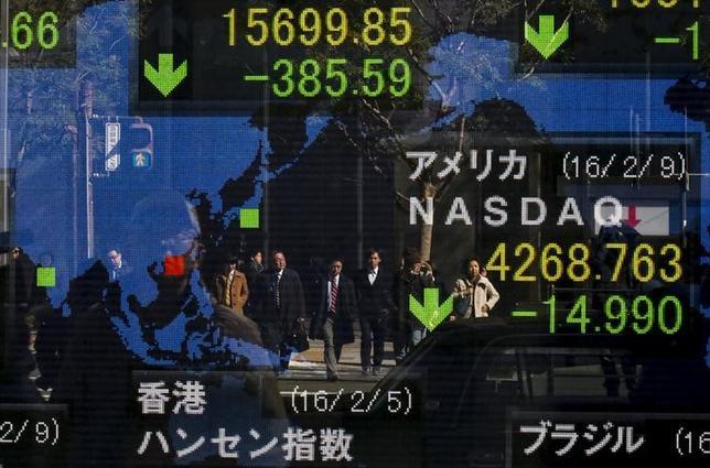 2月10日、日本株が下げ止まらない。商いが膨らまず、いわゆる「セリング・クライマックス」がないまま下値を切り下げている。写真は都内の株価ボード(2016年 ロイター/THOMAS PETER)