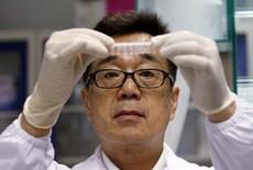 Доктор Масафуми Инуэ из Центра экспериментальной терапии при Агентстве по науке, технологии и исследований (A*STAR) держит образцы для изучения на предмет содержания вируса Зика в лаборатории в Сингапуре. 10 февраля 2016 года. Китай подтвердил первый случай заражения вирусом Зика, сообщило китайское государственное информационное агентство Синьхуа. REUTERS/Edgar Su