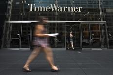 Time Warner, pénalisé par l'absence de gros succès au cinéma et la vigueur du dollar, a fait état mercredi d'un chiffre d'affaires au quatrième trimestre 2015 en baisse de 6% à 7,08 milliards de dollars (6,29 milliards d'euros). /Photo d'archives/REUTERS/Adrees Latif