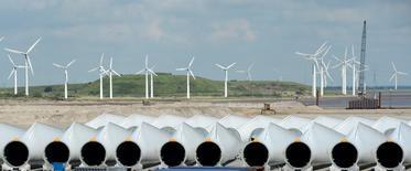 El grupo de ingeniería alemán y el fabricante vasco de aerogeneradores Gamesa están negociando los detalles finales para fusionar sus activos de energía eólica, dijeron el miércoles a Reuters dos fuentes familiarizadas con la situación.  Imagen de archivo de un parque de Siemens Wind Power en Esbjerg el 11 de junio de 2012. REUTERS/Fabian Bimmer